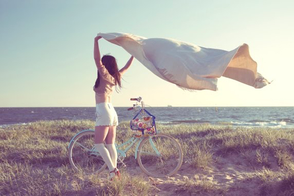 beach-bike-girl-sheet-wind-Favim.com-347615