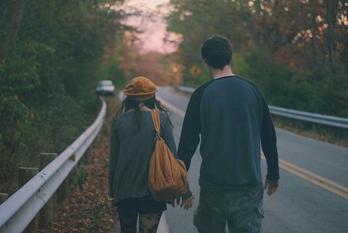 autumn-couple-fashion-holding-hands-Favim.com-665376