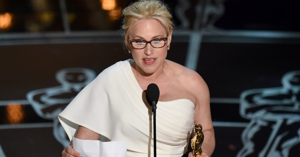 22fev2015---patricia-arquette-vencedora-do-oscar-de-melhor-atriz-coadjuvante-por-patricia-arquette-de-boyhood---da-infancia-a-juventude-discursa-sobre-igualdade-de-direitos-para-mulheres-1424660923037_956x500