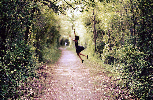 alone-girl-jumping-nature-photography-favim-com-59196
