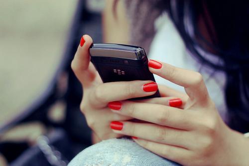 blackberry-girl-nails-phone-red-Favim.com-121605