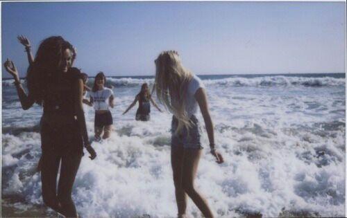 alone-beach-beautiful-clothes-Favim.com-1066272