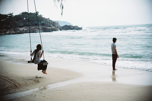 beach-couples-love-ocean-photography-Favim.com-226033
