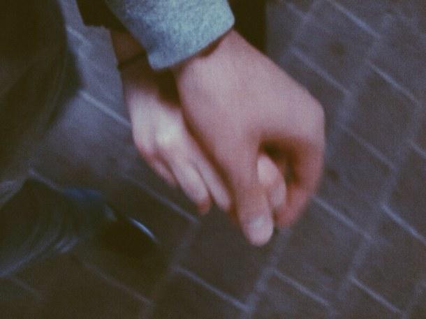 couple-cute-hand-holding-hands-Favim.com-2190012